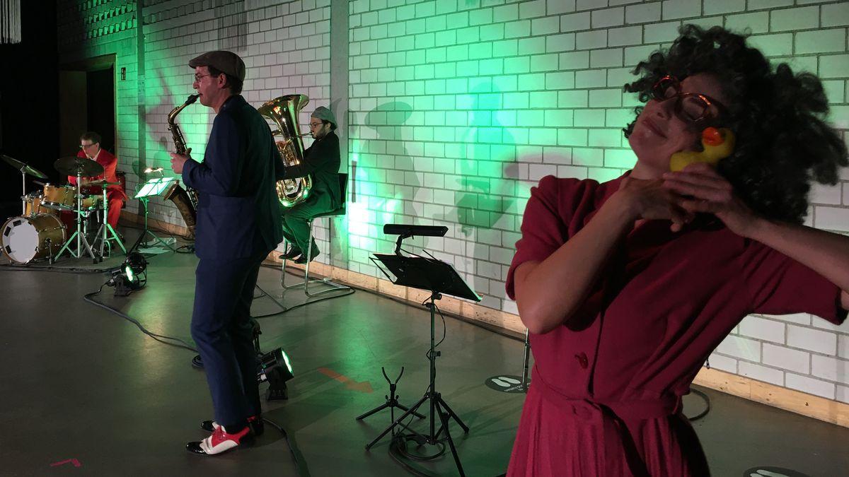 Band auf der Bühne bei Kinderkonzert