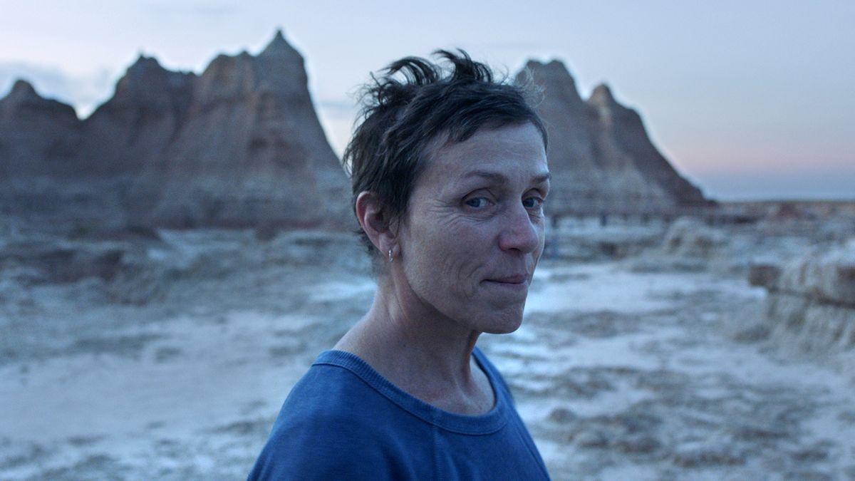 """Filmstill aus """"Nomadland"""": Schauspielerin Frances McDormand im Porträt vor einem Canyon."""
