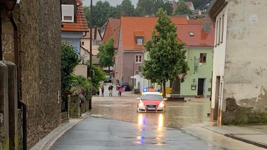 Einsatzfahrzeug im Wasser in Reichenberg (Lkr. Würzburg)