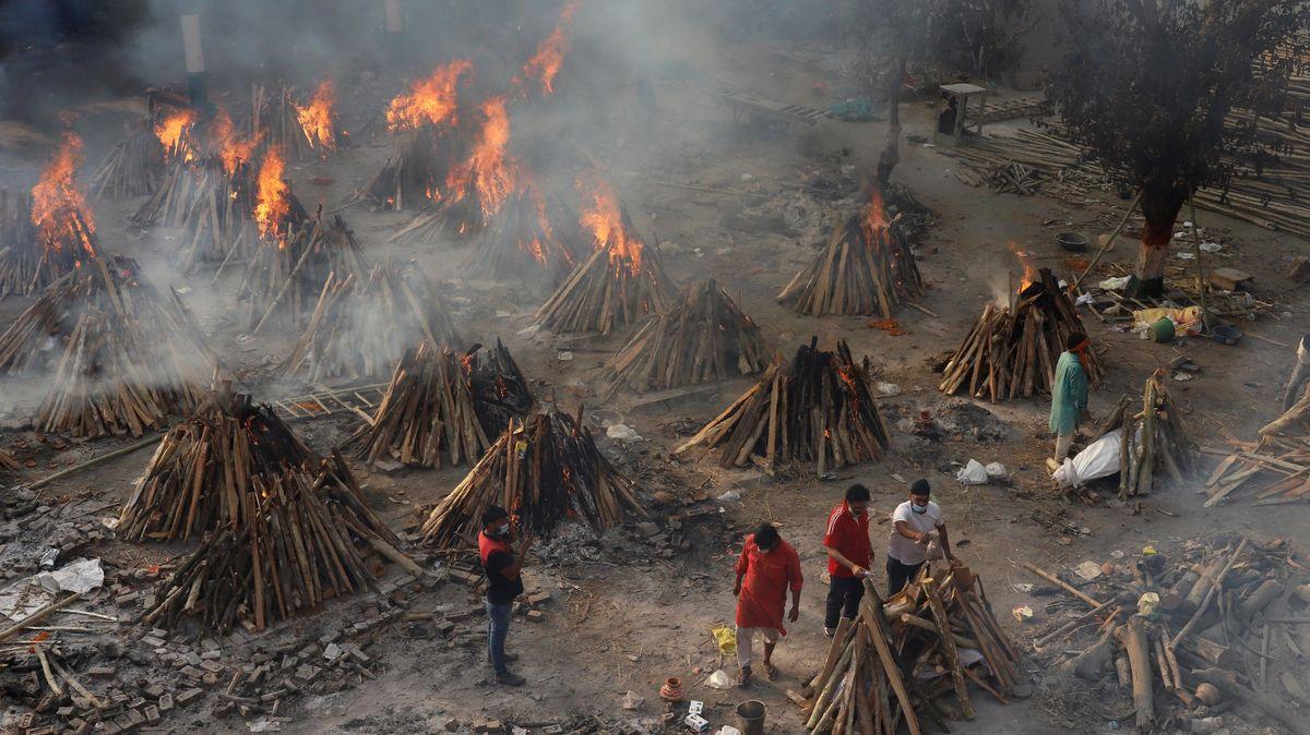 Mehrere Leichname von verstorbenen Corona-Patienten werden in einem Krematorium am Stadtrand von Neu-Delhi verbrannt.