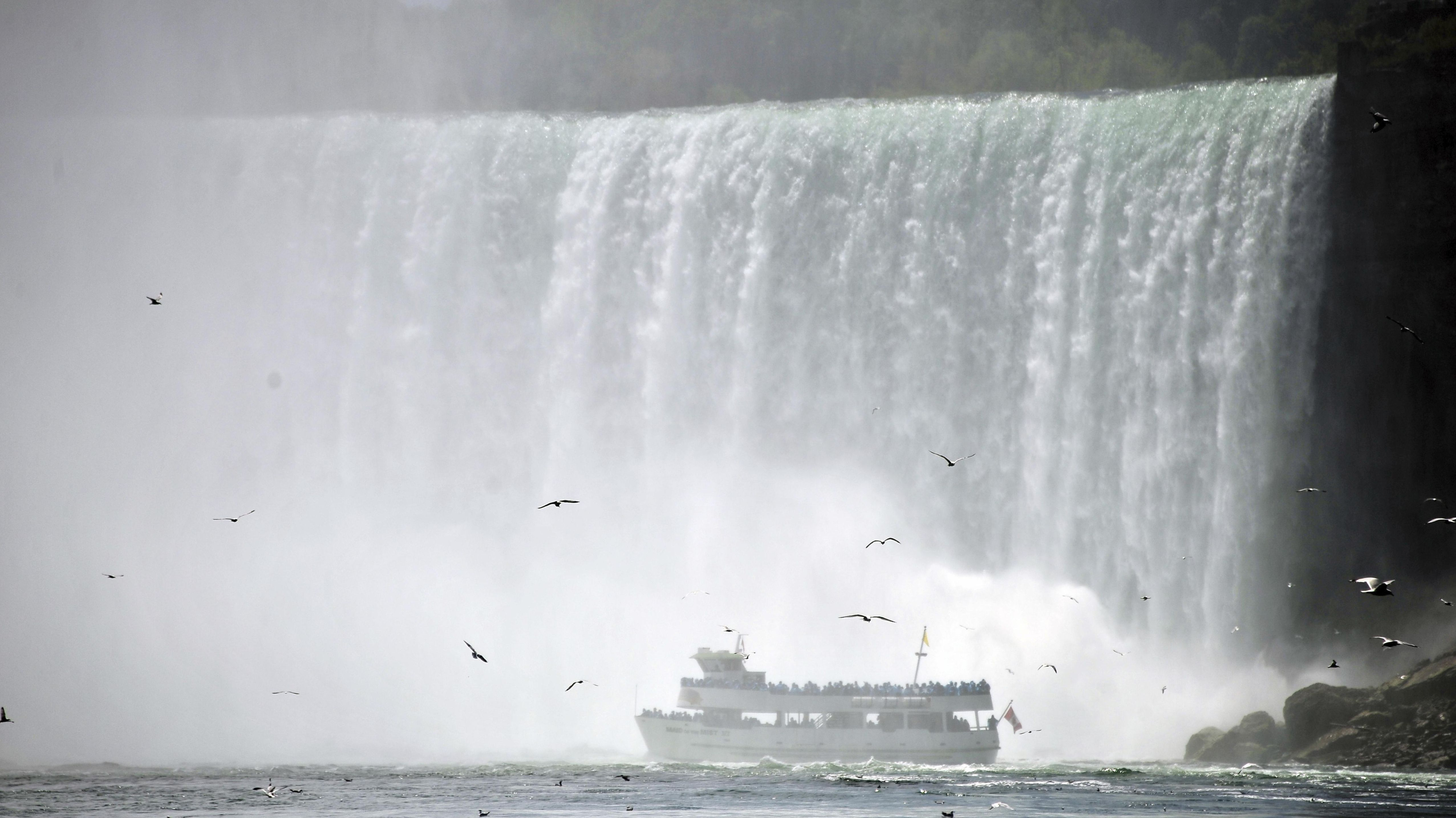 Schiff vor den Horseshoe-Falls, den höchsten der berühmten Niagara-Wasserfälle.