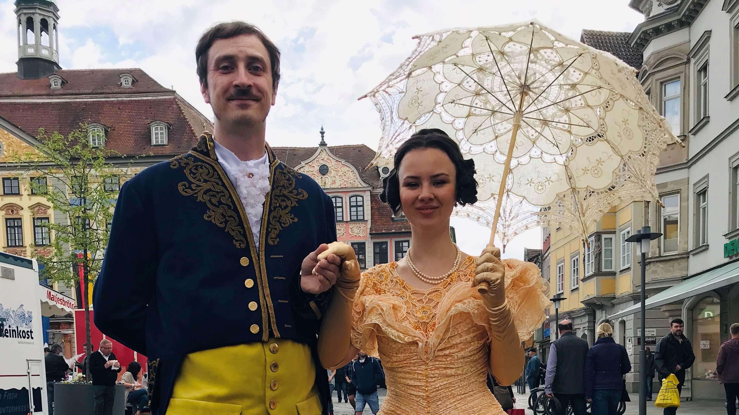 """Jerry Paramo und Lou Leimeister als """"Albert und Victoria"""" auf dem Coburger Marktplatz"""