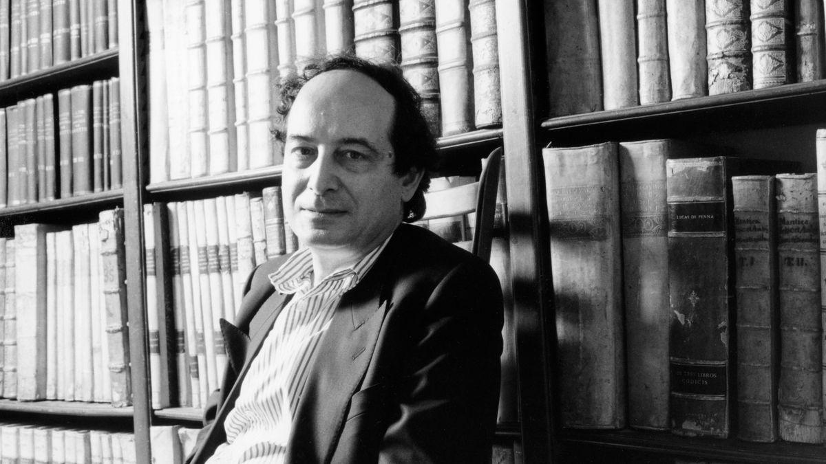 Mann vor einem Bücherregal: Der italienische Schriftsteller und Verleger Roberto Calasso 1989