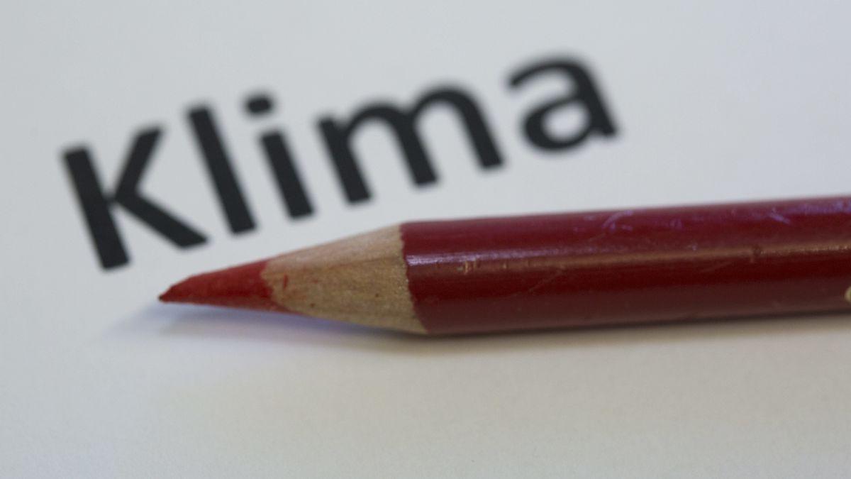 """Ein roter Stift unter dem Wort """"Klima"""""""