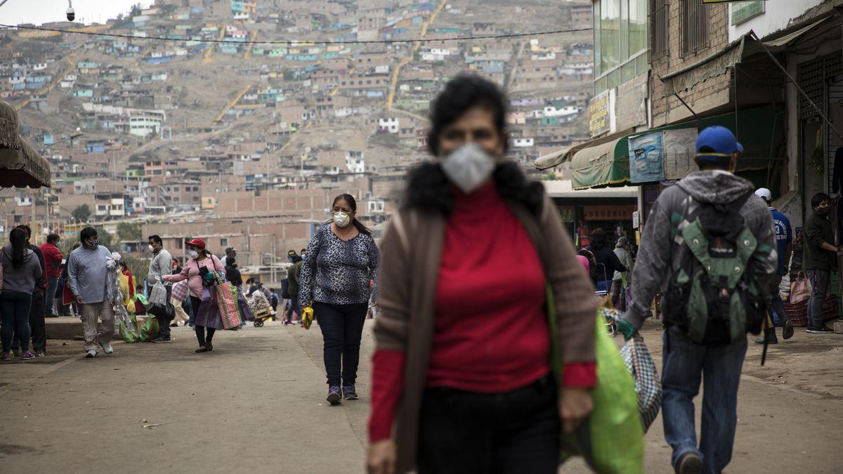 Menschen mit Mundschutz auf einem Markt im Armenviertel  Villa Maria del Triunfo  in Lima.