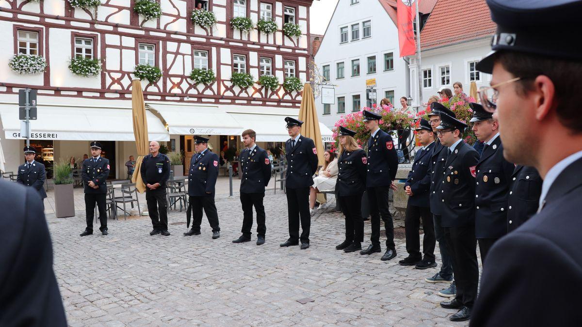 Empfang für die Mitglieder der Freiwilligen Feuerwehr Volkach auf dem Marktplatz. Nach der Flutkatastrophe im Ahrtal halfen sie bei den Aufräumaarbeiten.