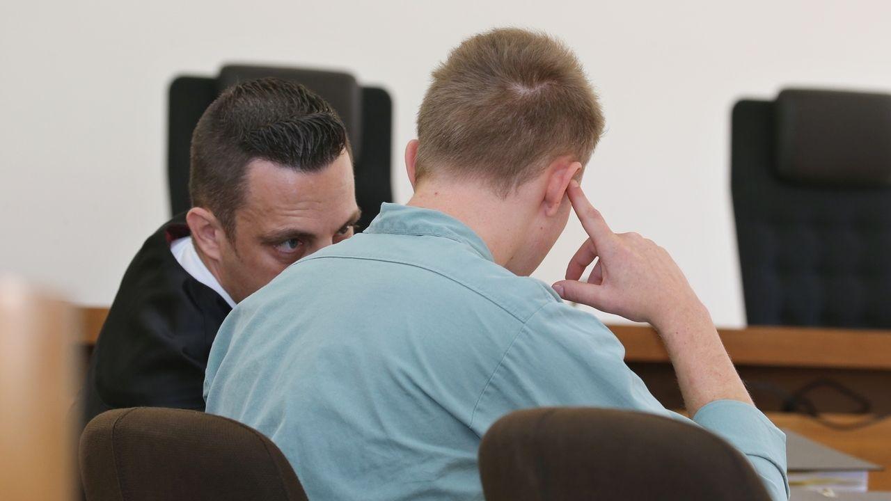Der 22-Jährige Angeklagte sitzt im Landgericht neben seinem Rechtsanwalt Werner Hamm (l) auf der Anklagebank.