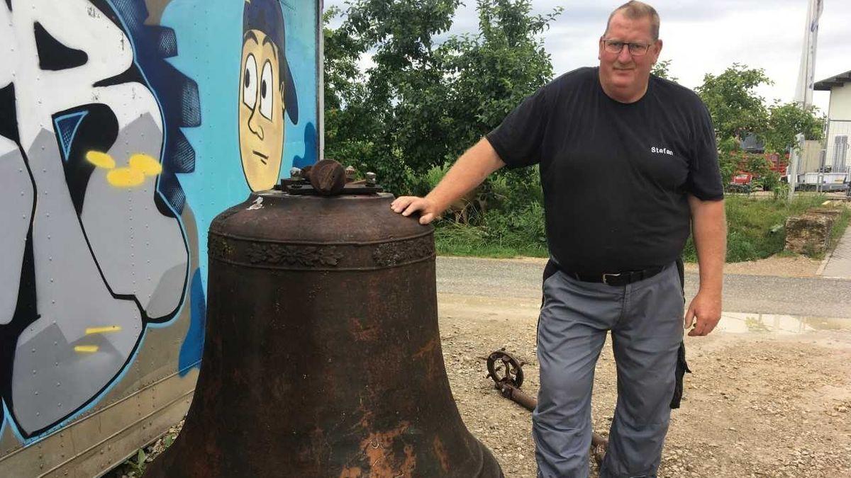 Sie muss wieder weg: Glockenkäufer Stefan Zeilinger aus Rennhofen mit der 1.000 Kilogramm schweren Glocke