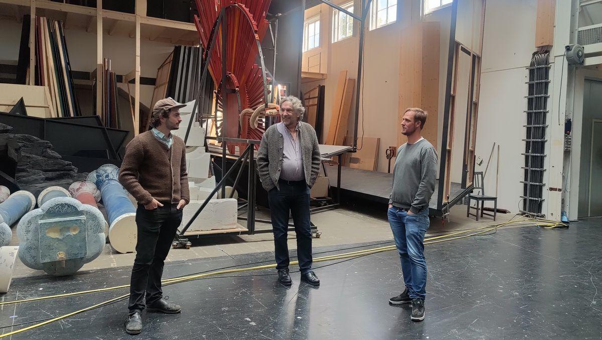 Regisseur Christian Stückl (Mitte) mit den Jesus-Darstellern Rochus Rückel (l.) und Frederik Mayet im Passionstheater