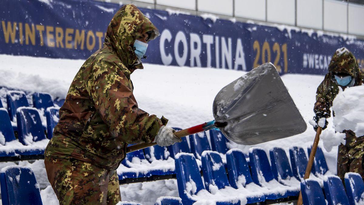 Soldaten befreien den Zielbereich in Cortina d'Ampezzo vom gefallenen Neuschnee.