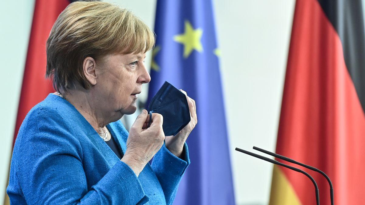 Merkel mit europäischer und deutscher Fahne