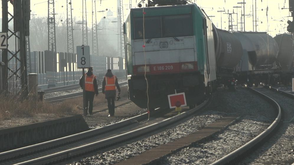 Entgleister Güterzug neben Bahnschienen | Bild:BR/Julia Pösl