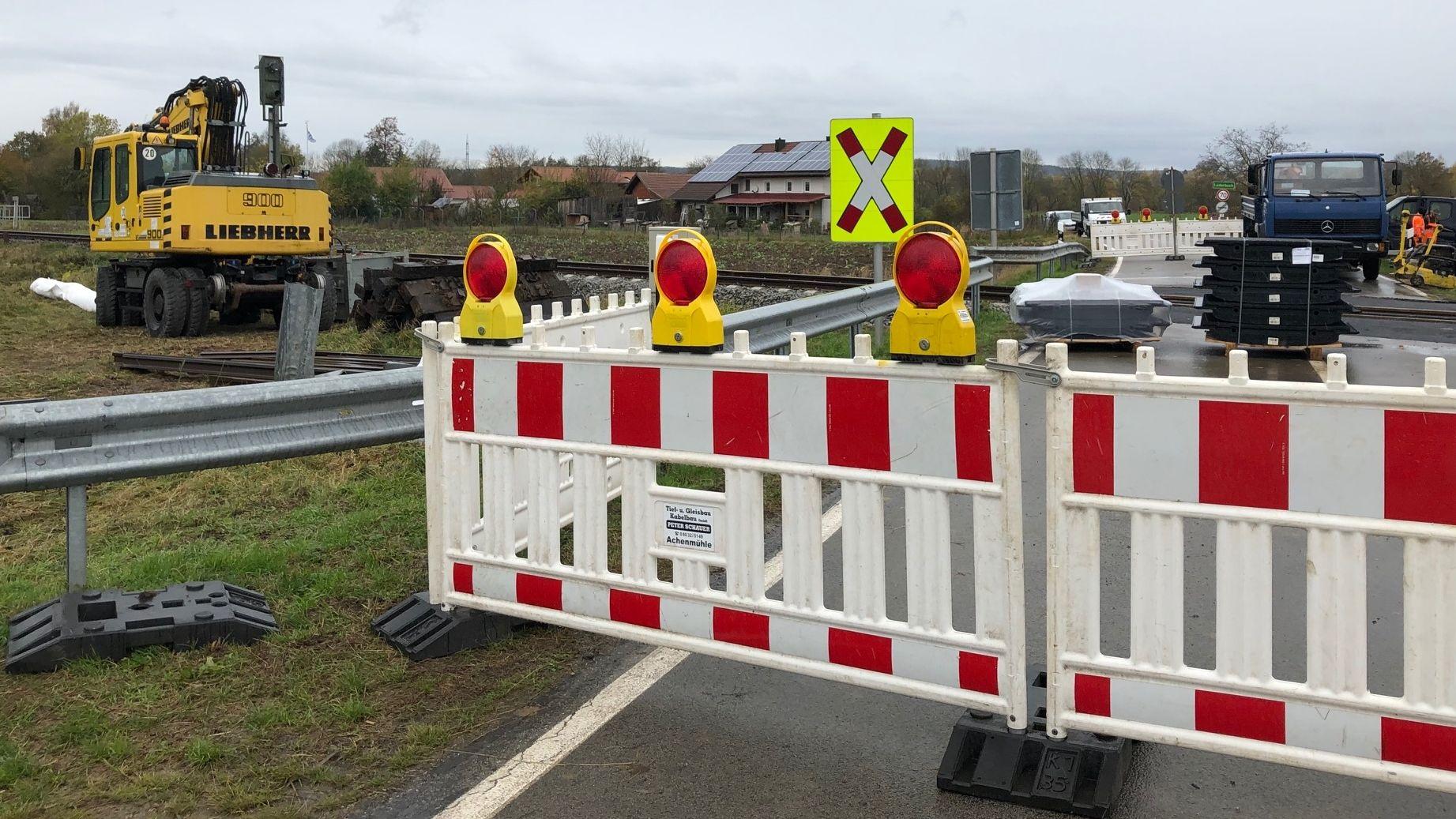 Unbeschrankter Bahnübergang in Bayerbach wird renoviert und nächstes Jahr beschrankt