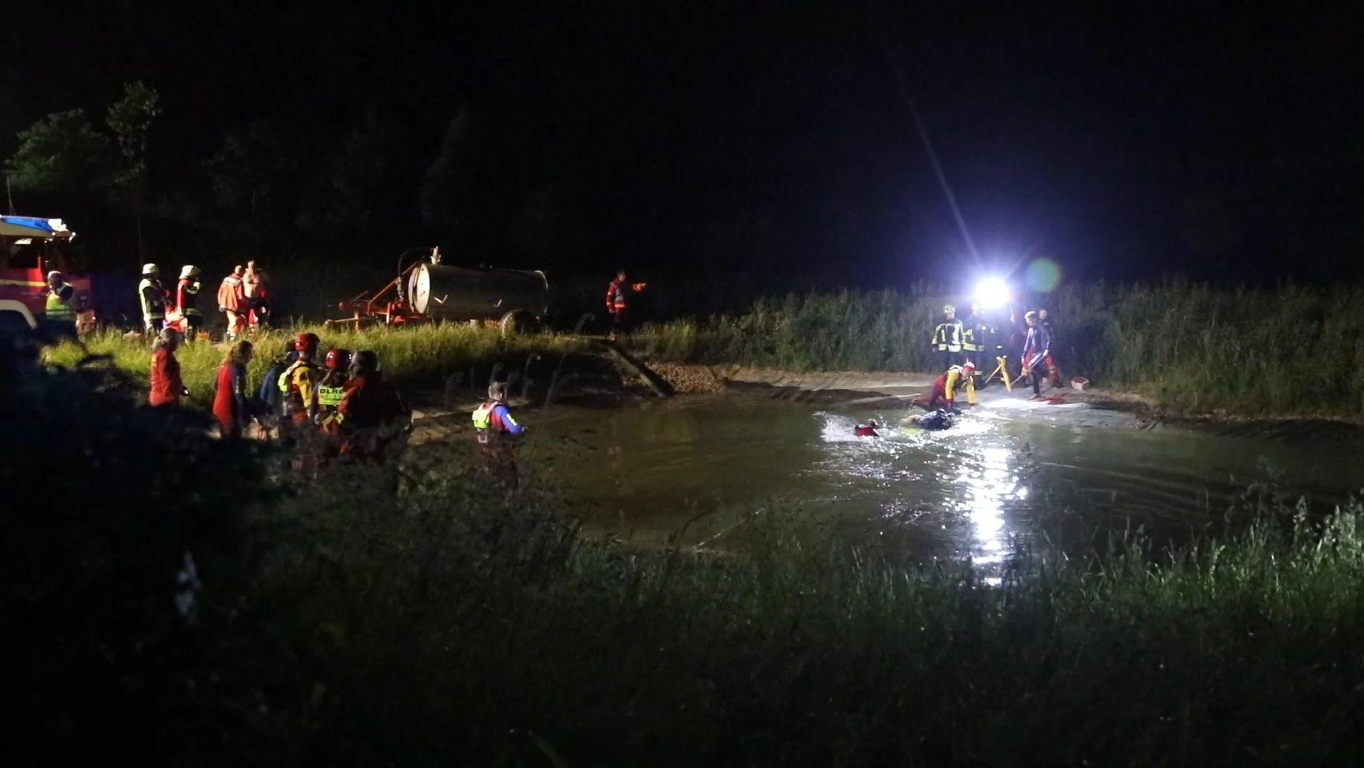 Rettungskräfte suchen Ertrunkenen in Weiher