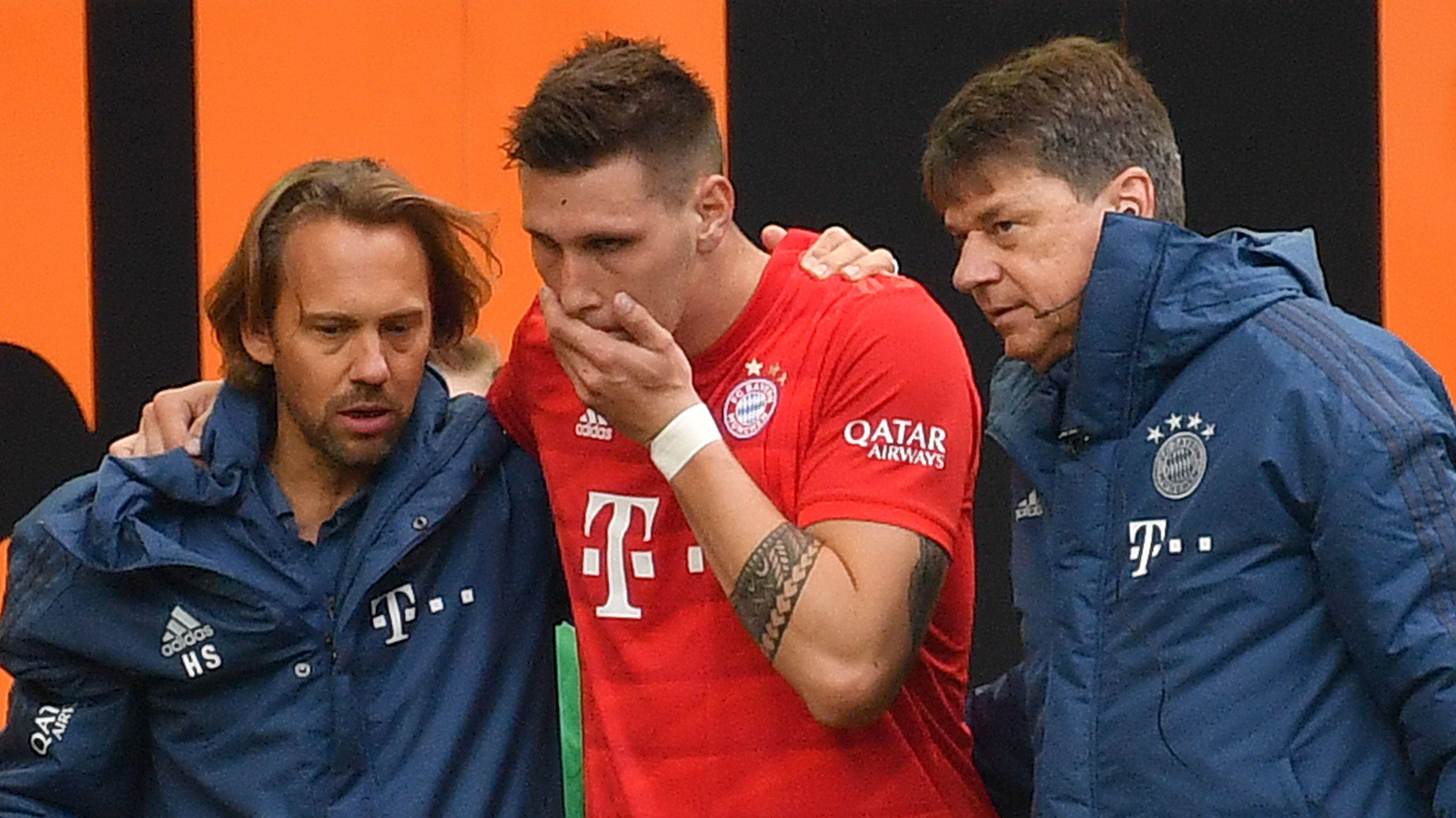 Niklas Süle wird verletzt vom Platz geführt