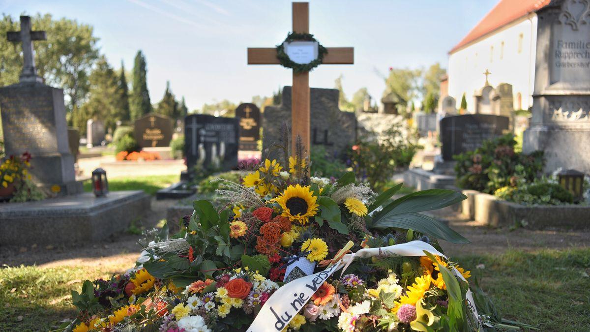 Das Grab von Sophia Lösche in Amberg. Die junge Frau wurde 2018 auf einem Rastplatz in Oberfranken ermordet.