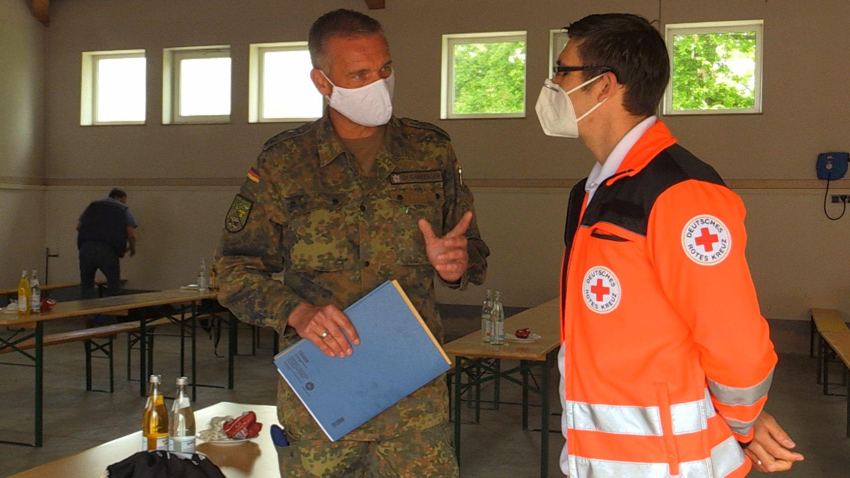 Soldaten helfen dem BRK-Kreisverband in Tirschenreuth.