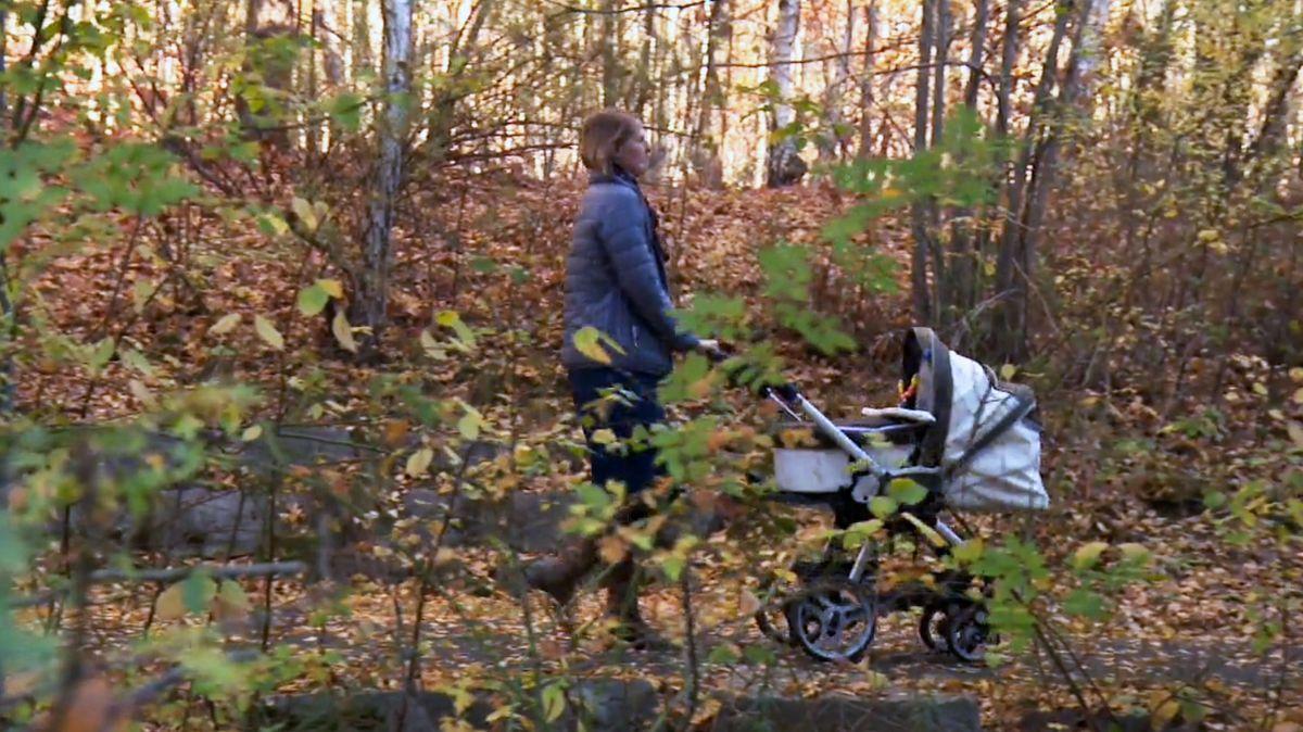 Frau schiebt einen Kinderwagen