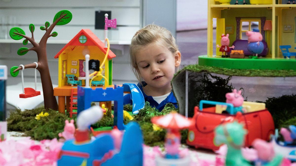 Ein Kind spielt auf der Neuheitenschau der Spielwarenmesse 2020.