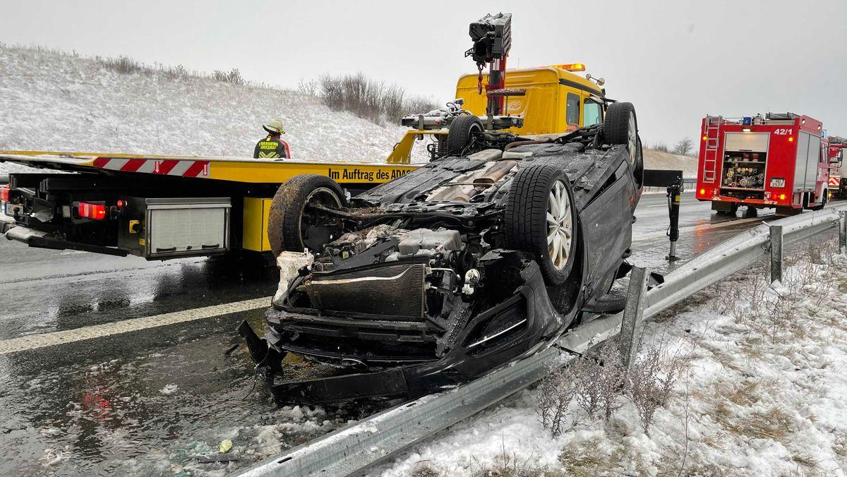 Auf der A93 im Landkreis Hof hat sich ein Auto überschlagen.