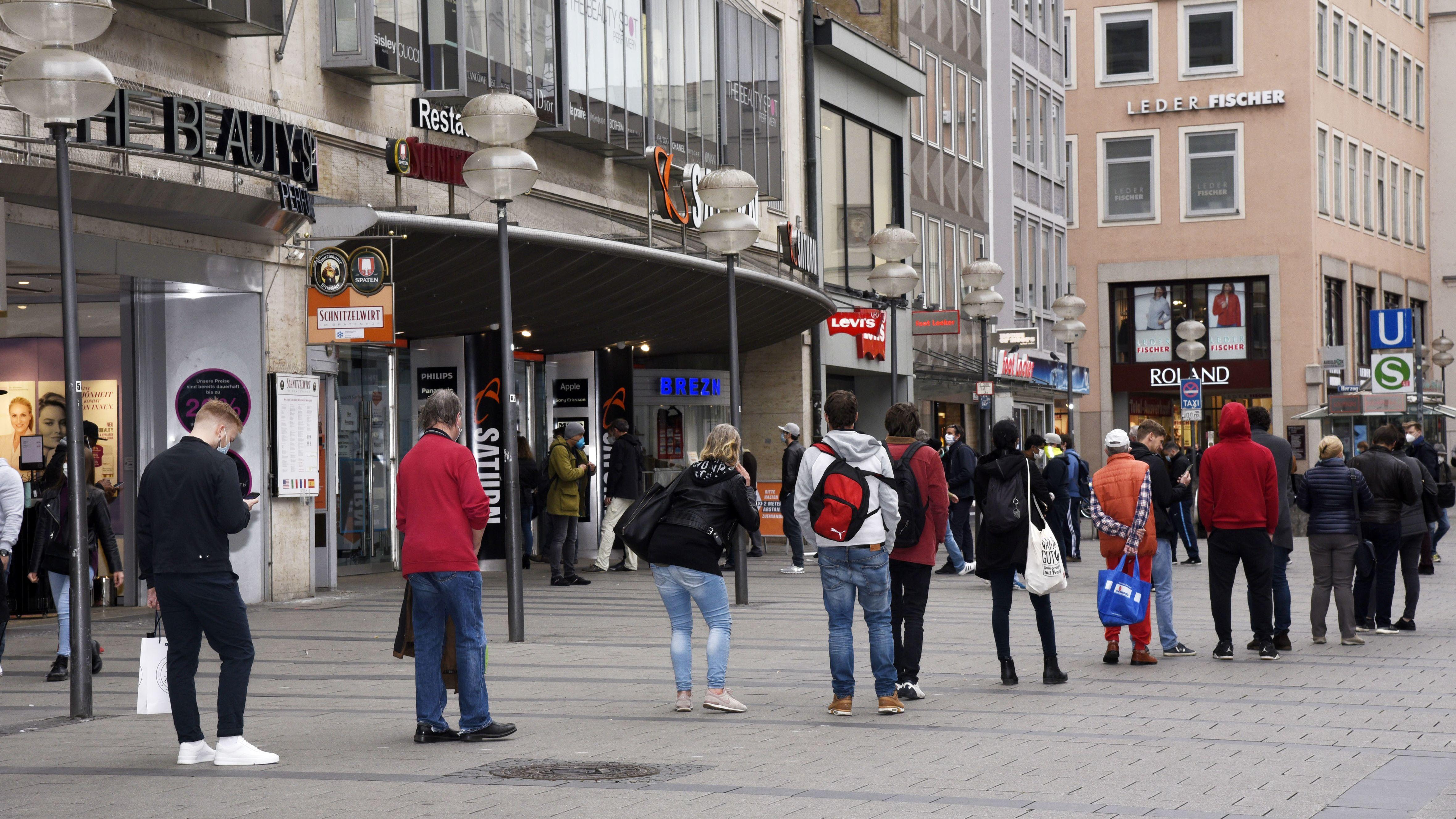 Warteschlange in der Münchner Fußgängerzone