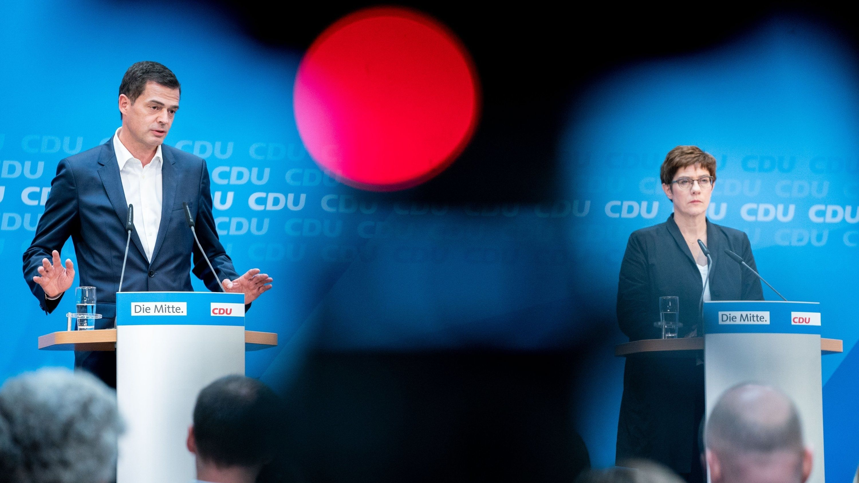 Die CDU-Vorsitzende Annegret Kramp-Karrenbauer und Mike Mohring, der thüringische CDU-Spitzenkandidat, geben eine Pressekonferenz in Berlin.