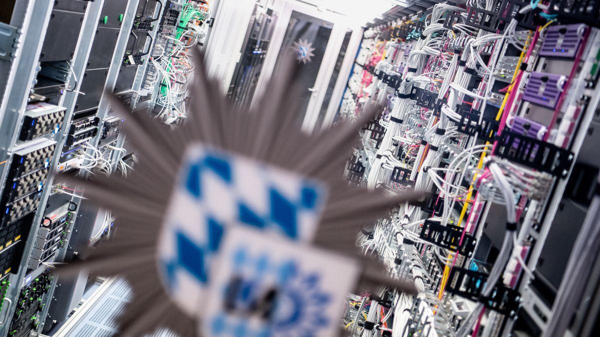 Das Logo vom bayerischen Landeskriminalamt (BLKA) ist an der Tür zu einem Serverraum in einem Rechenzentrum vom bayerischen Landeskriminalamt (BLKA) zu sehen.