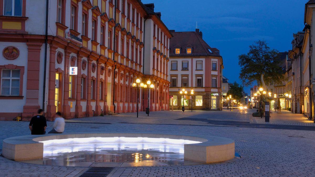 Abendstimmung vor dem Alten Schloss in der Bayreuther Innenstadt.