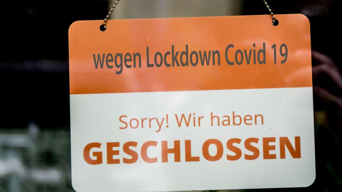 Wegen Corona geschlossen: Schild im Fenster eines Geschäftes in Bamberg
