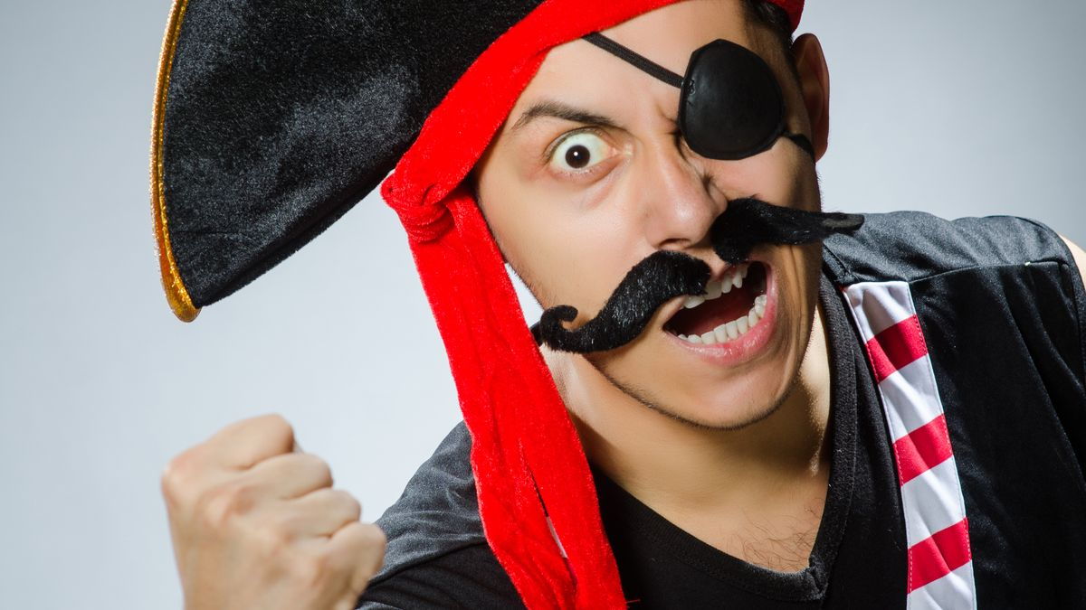 Mann im Piratenkostüm