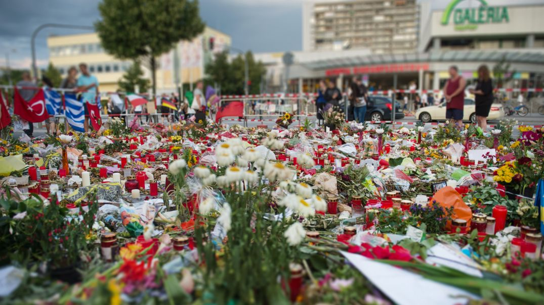 Blumenmeer am Olympia-Einkaufszentrum in München - wenige Tage nach dem Attentat