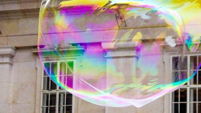 Fenster eines klassizistisches Gebäudes mit einer gigantischen Seifenblase davor