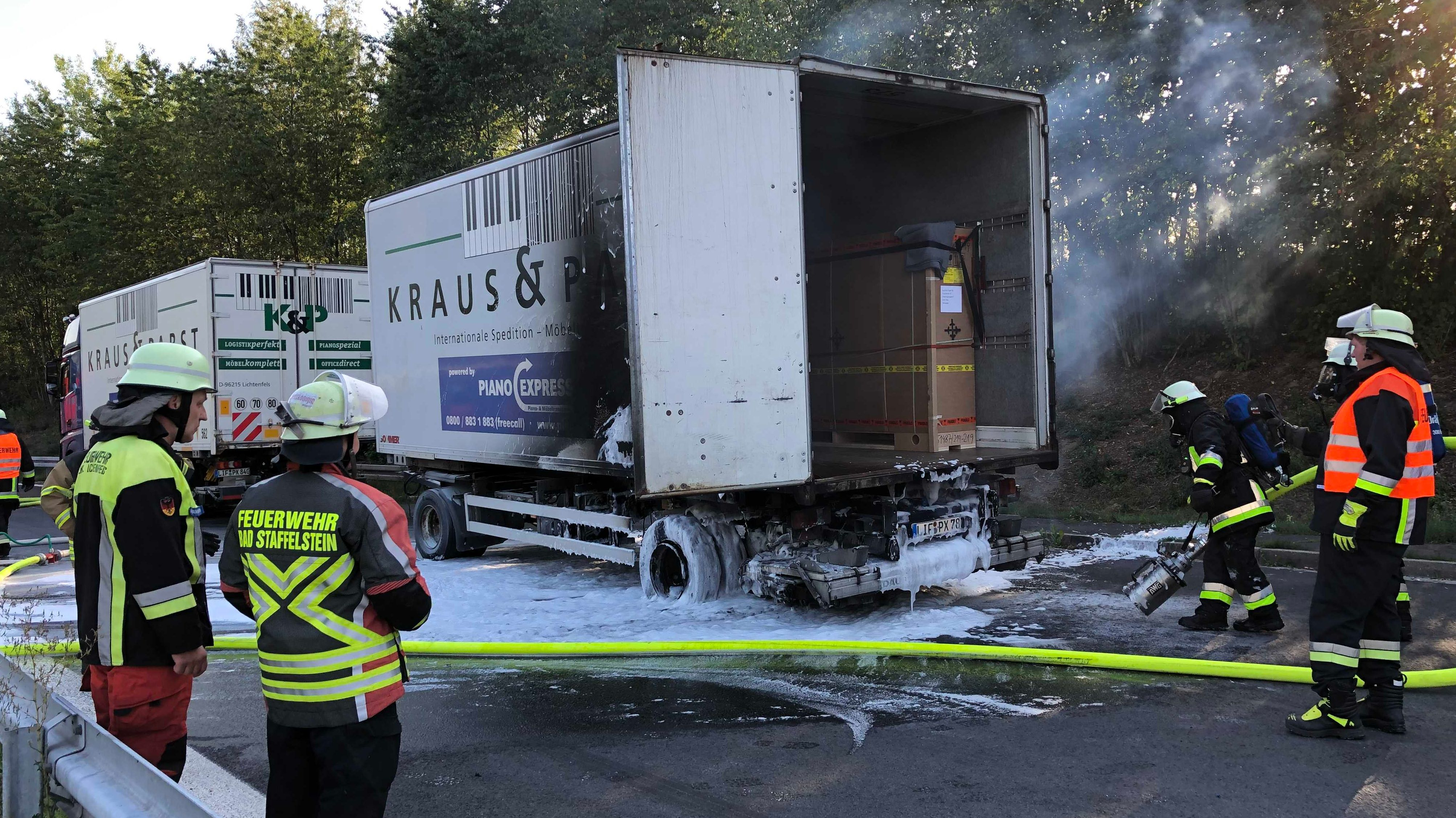 Vier Feuerwehrleute löschen bei Zapfendorf einen Lkw-Anhänger, in dem sich zwei hochwertige Klaviere befanden, die somit unbeschädigt bleiben.