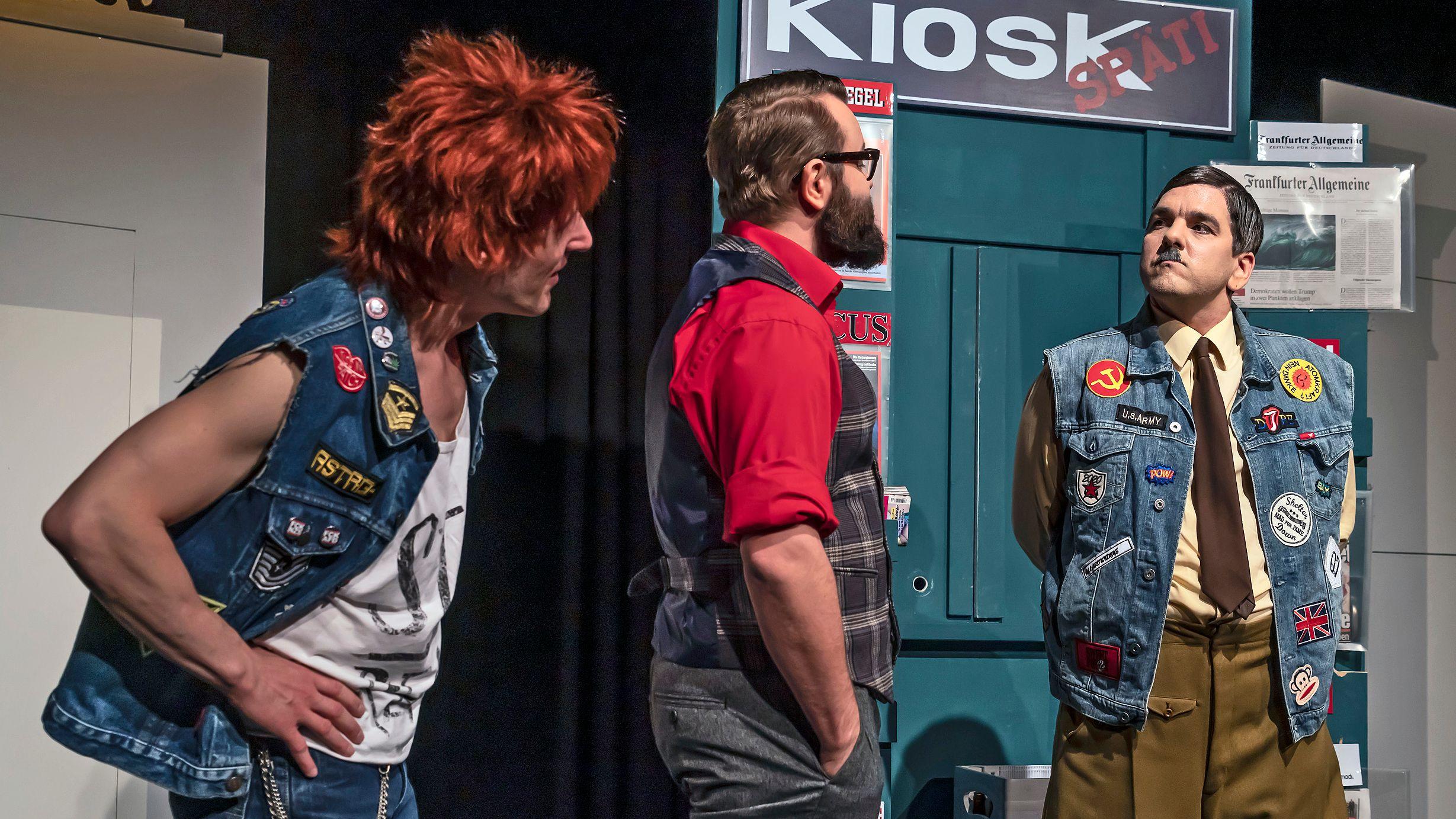 Drei Schauspieler auf der Bühne des Landestheaters Dinkelsbühl