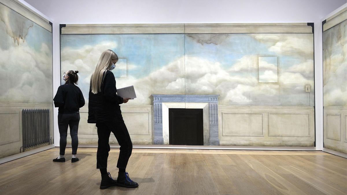 """Zwei Besucherinnen vor dem Werk """"May of Teck"""" von 2010 in der Ausstellung  """"Lucy McKenzie – Prime suspect"""""""