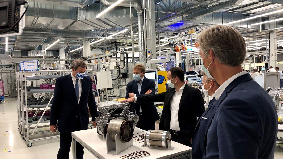 Ministerpräsident Markus Söder, BMW Vorstandsvorsitzender Oliver Zipse. Rechts: Der Werkleiter BMW Dingolfing, Christoph Schröder