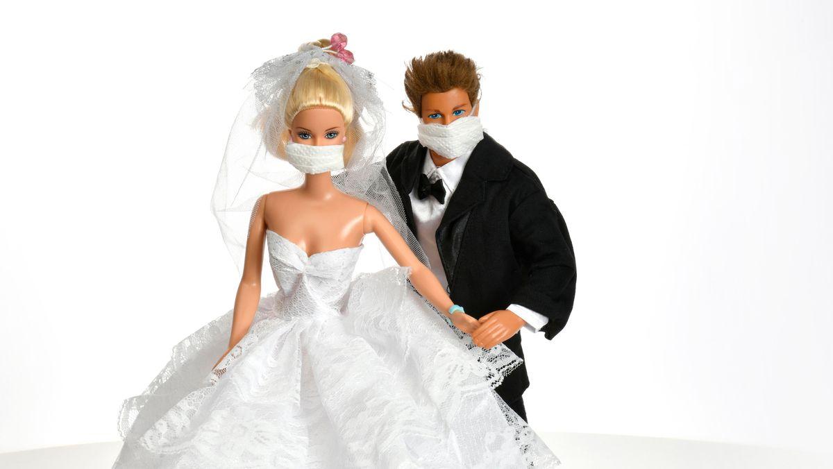 Hochzeitspaar mit Corona-Masken (Symbolbild).