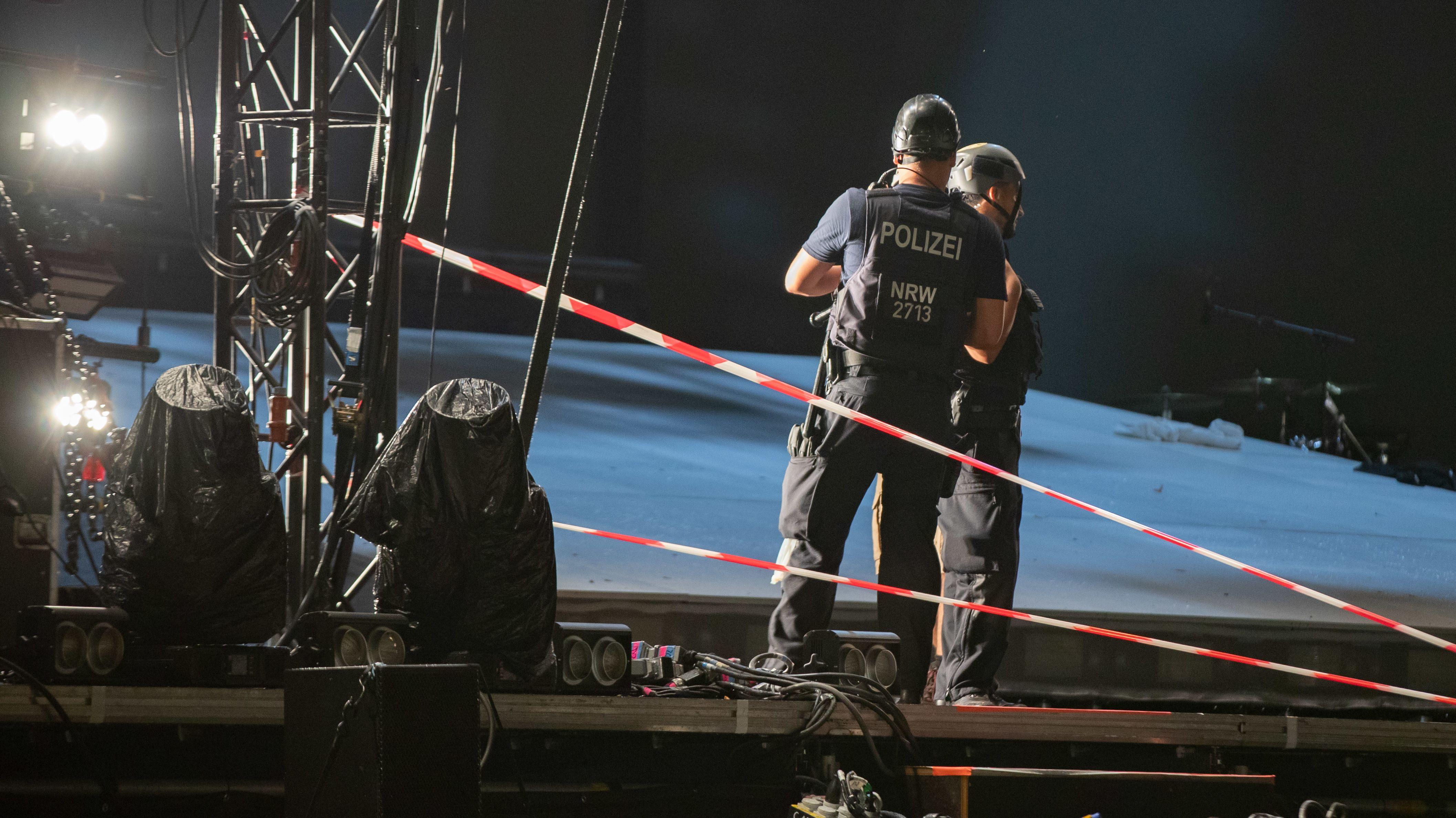 Polizisten stehen mit Helm auf einer Bühne.