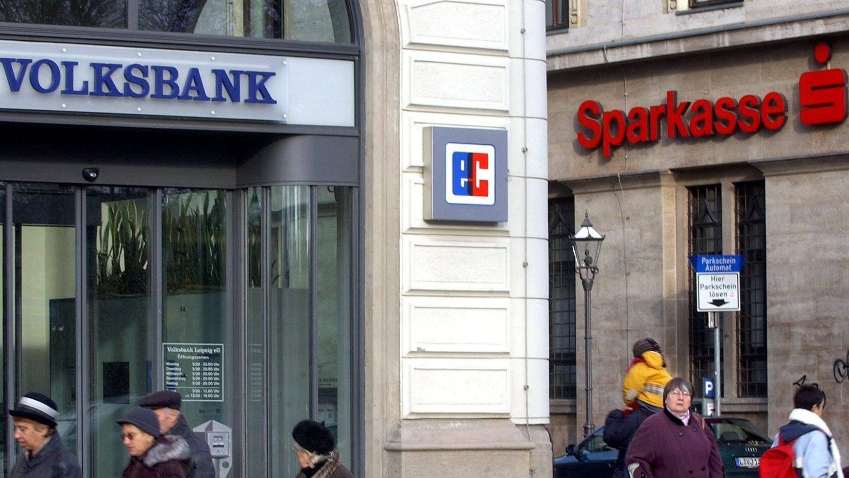 Symbolbild: Filialen von Volksbank und Sparkasse