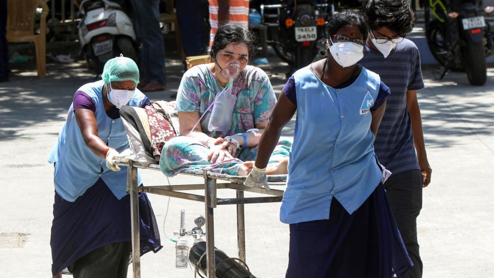 Chennai: Eine Frau, die an Covid-19 erkrankt ist, wird auf einer Trage mit Sauerstoff versorgt und von Mitarbeitern des Gesundheitswesens in das Rajiv Gandhi General Hospital gebracht.