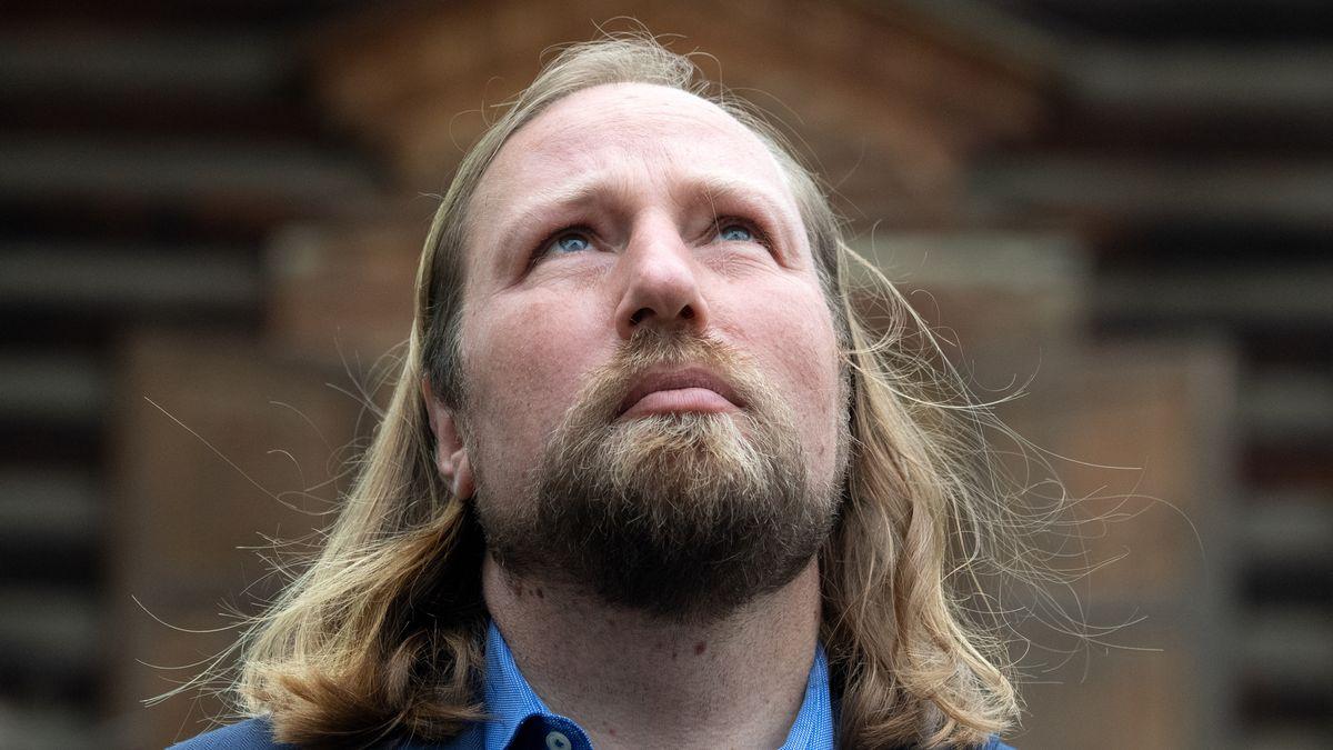 Er ist groß, hat lange Haare und einen Bart - deshalb wurde Grünen-Politiker Anton Hofreiter in Peru oft  für den Weihnachtsmann gehalten.