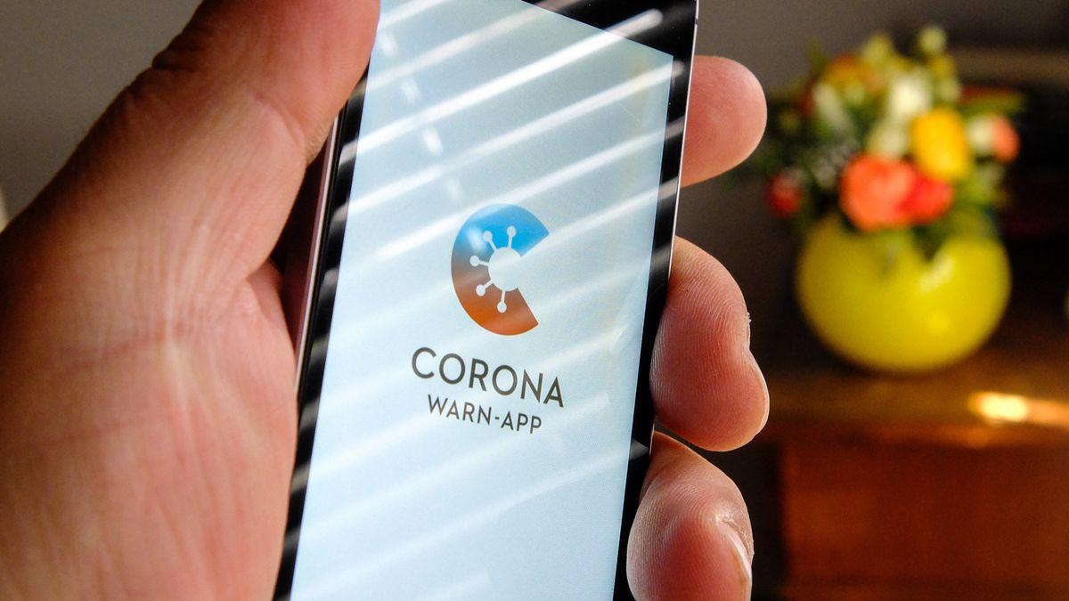 Auf dem Bildschirm eines Handys ist der vom Presse- und Informationsamt der Bundesregierung herausgegebene Startschirm einer Corona Warn-App abgebildet.
