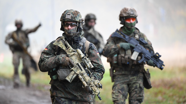 Kampfschwimmer der Kommando Spezialkräfte der Marine (KSM), bei einer Einsatzübung auf einem Truppenübungsplatz