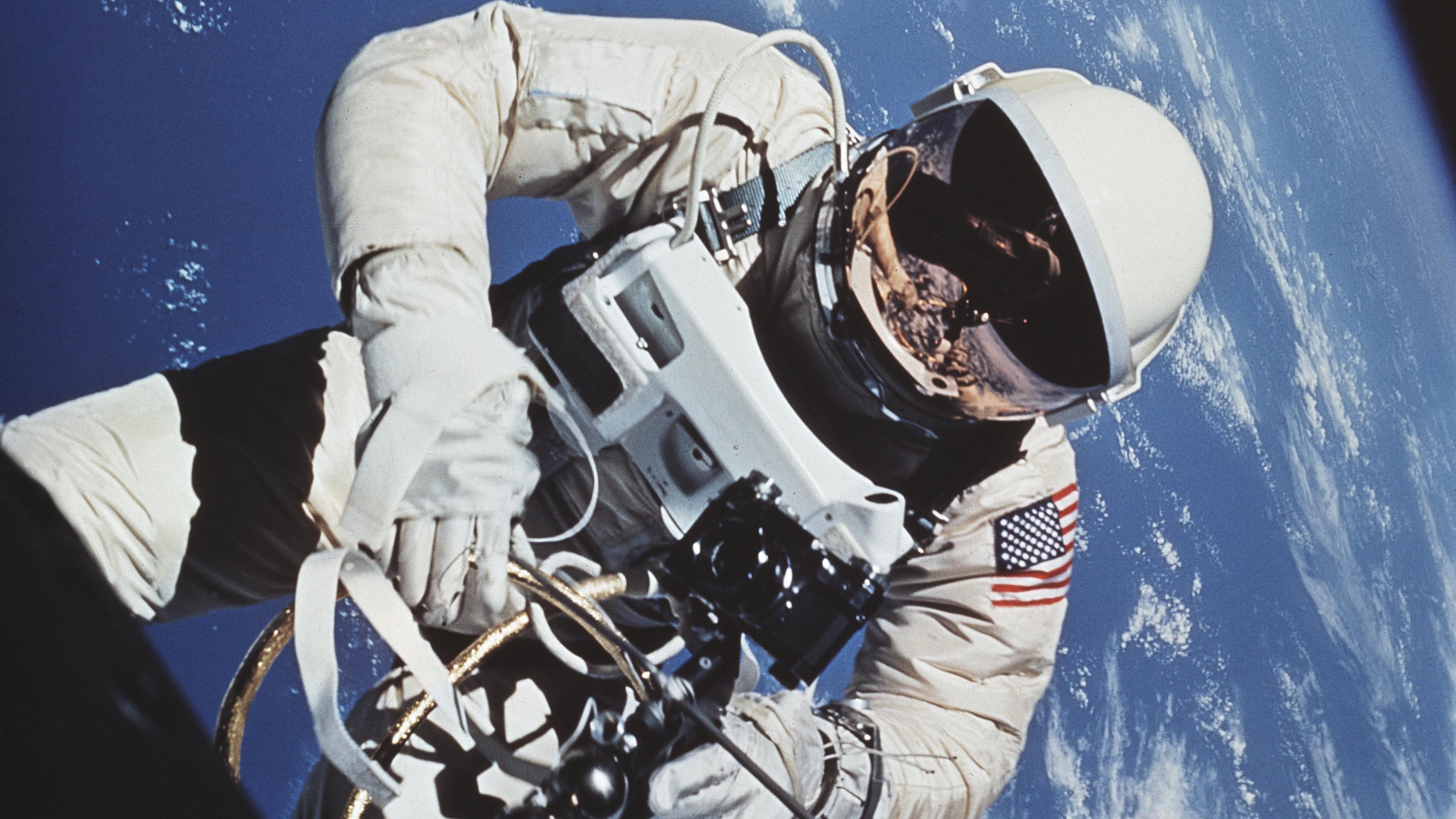 Astronaut Edward White beim ersten amerikanischen Spaziergang im All am 3. Juni 1965.