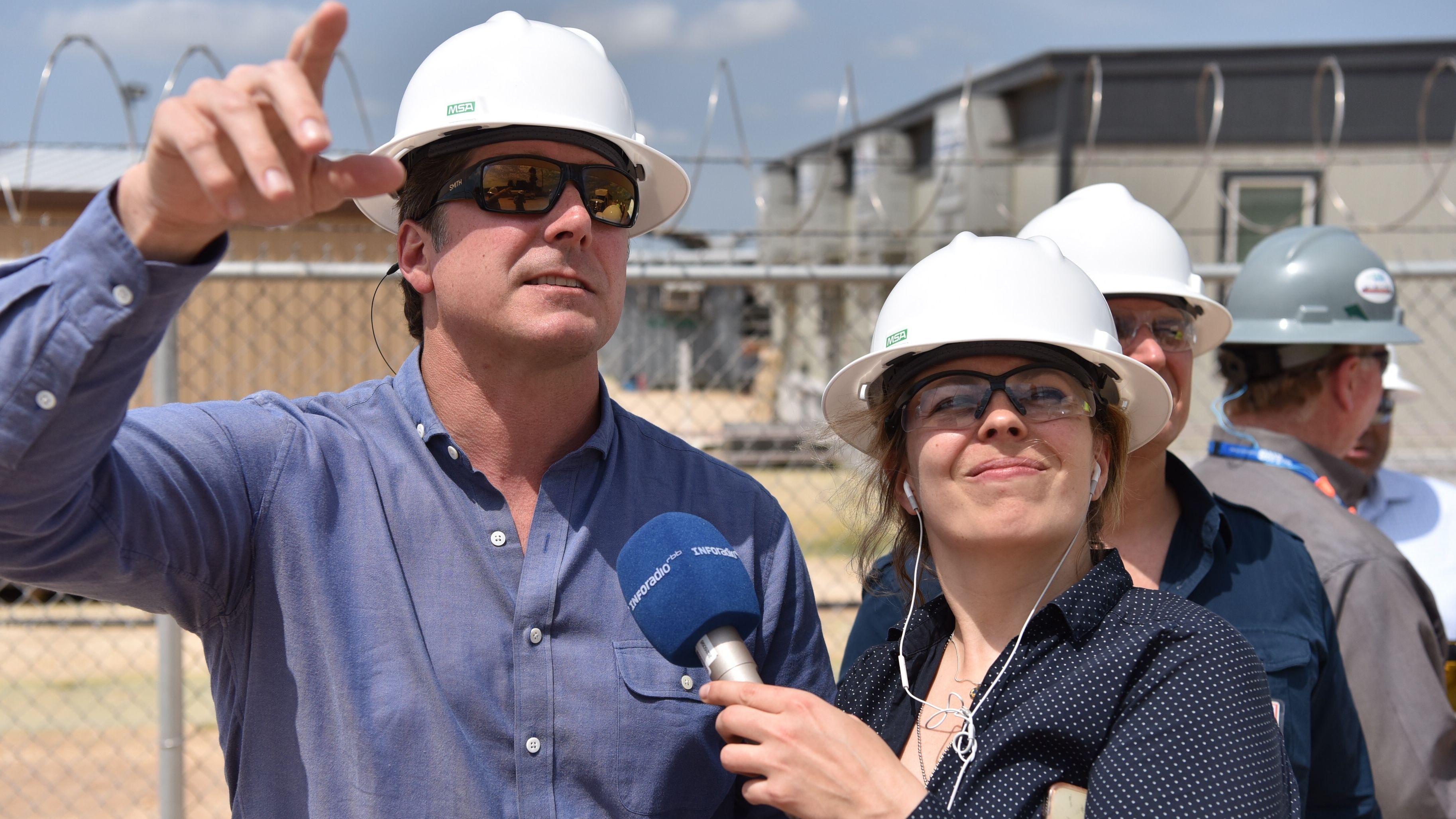 Reporterin Bettina Meier im Gespräch mit John Tobola. Er ist leitender Manager bei Freeport LNG.