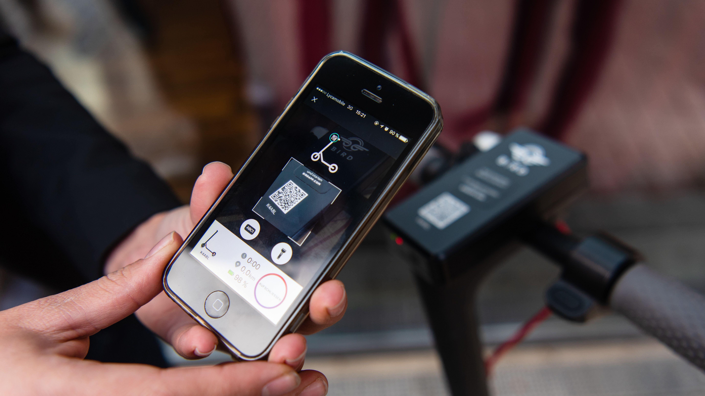 Smartphone und E-Scooter