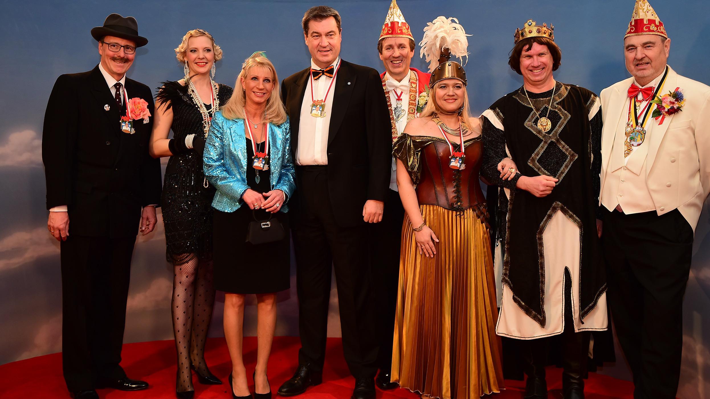 """Ministerpräsident Markus Söder (Mitte) mit Ehefrau Karin und den Machern von """"Fastnacht in Franken"""""""