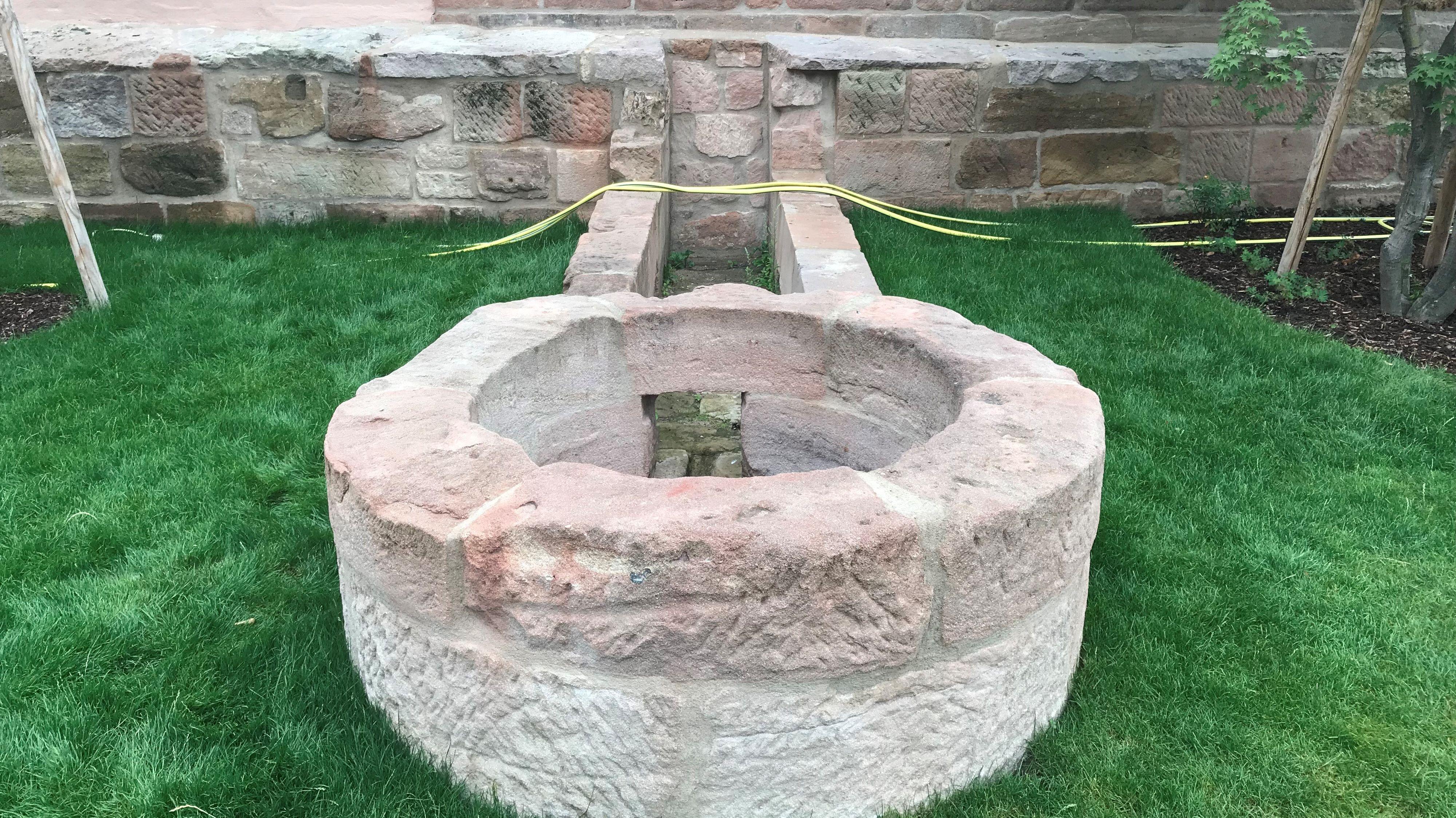 Der Mittelalterliche Rundbrunnen aus Sandstein wurde bei Sanierungsarbeiten in der Nürnberger Innenstadt entdeckt.