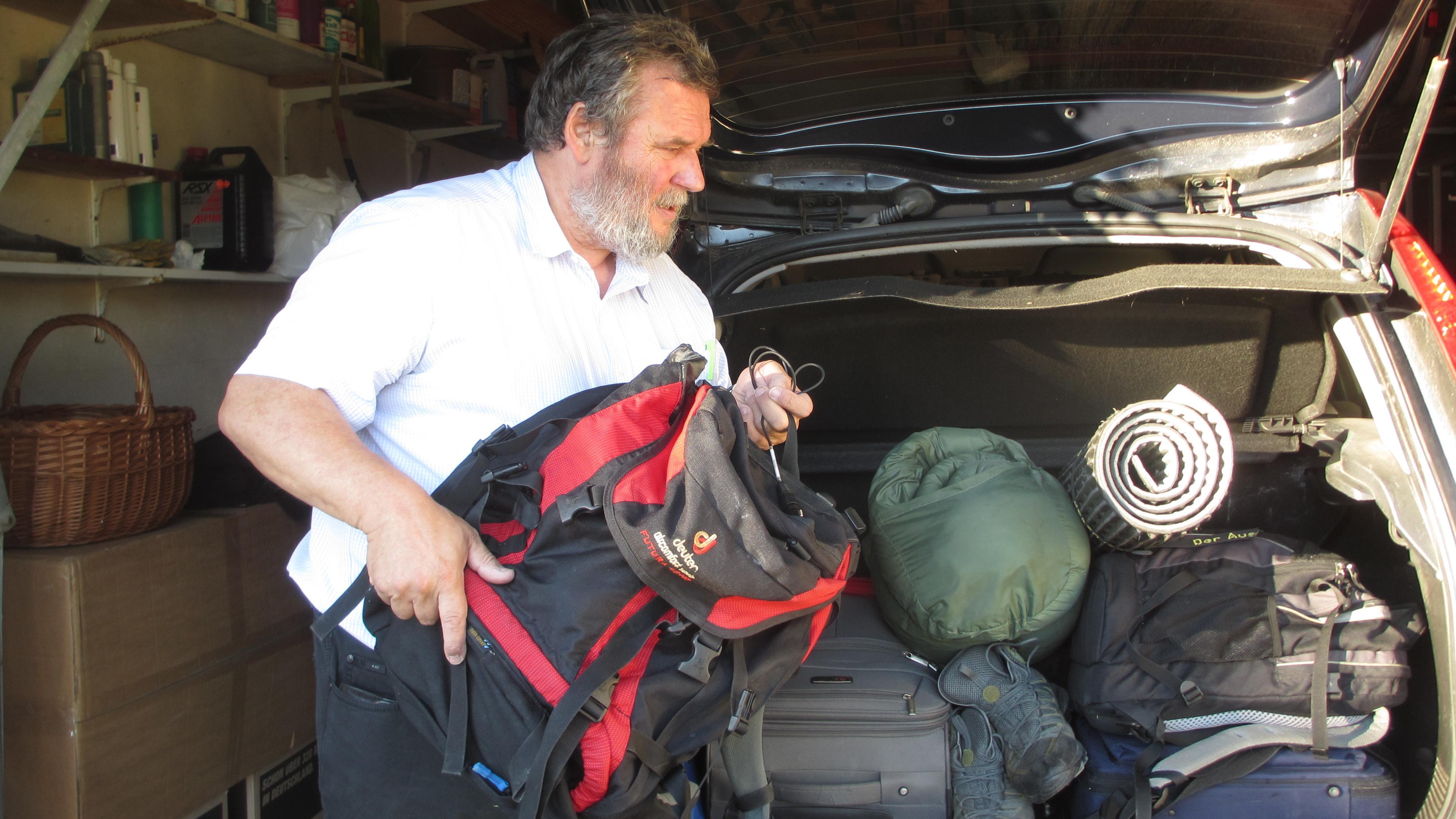 Der Oberpfälzer Schriftsteller belädt den Kofferraum seines Autos. Ein Vierteljahr lang war er in der Mitte und im Osten Europas unterwegs, fuhr tausende von Kilometern.