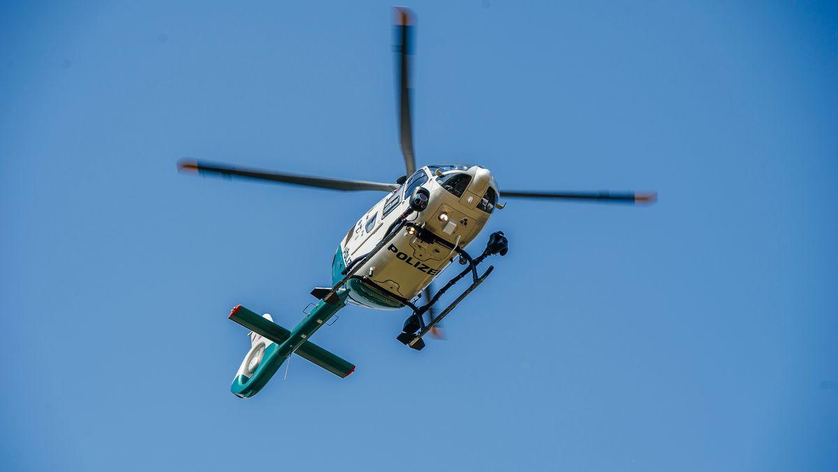 Ein Polizeihubschrauber in der Luft (Symbolbild)